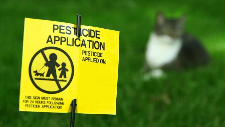 Señal de césped de aplicación de pesticidas